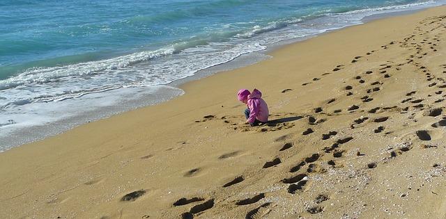 Kleines Mädchn spielt im Sand